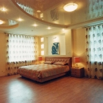 фото: глянцевые натяжные потолки в гостиной