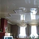 n-44 фото: глянцевые натяжные потолки в гостиной