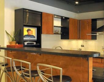 черный натяжной потолок на кухне фото